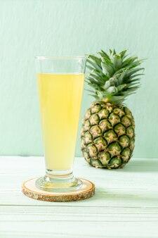 Свежий ананасовый сок на деревянном столе