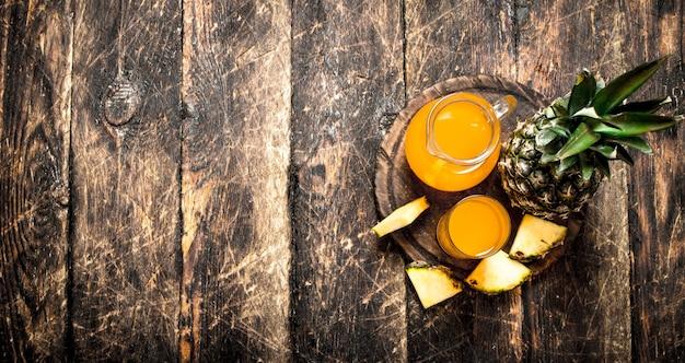 新鮮なパイナップルジュース。木製のテーブルの上。