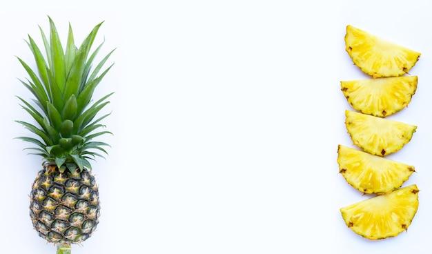 Свежий ананас на белом фоне. вид сверху