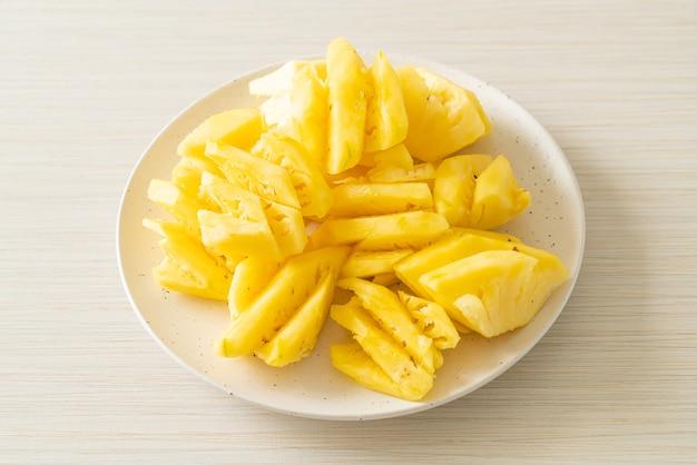 白い皿にスライスした新鮮なパイナップル