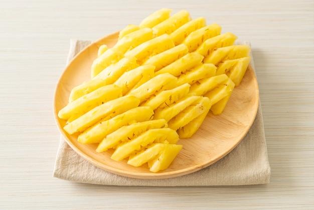 木の皿にスライスした新鮮なパイナップル