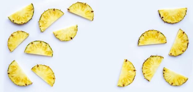白い背景に新鮮なパイナップル スライス。
