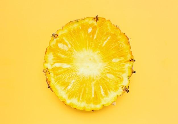 黄色の背景に新鮮なパイナップル スライス。