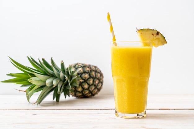 Свежий ананасовый коктейль стекла на деревянный стол