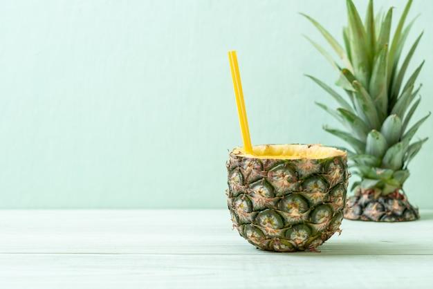 Свежий ананасовый коктейль на деревянный стол