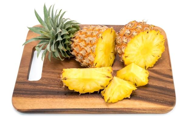 白で隔離されるスライスと新鮮なパイナップル