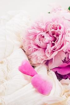 Свежие розовые пионы и белое свадебное платье, винтажный стиль