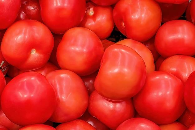 Свежие розовые помидоры на прилавке рынка
