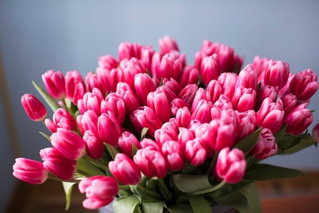 Букет из свежих розовых тюльпанов. скопируйте пространство. цветочный фон.