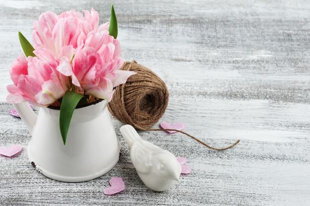 Свежие розовые тюльпаны в кувшине