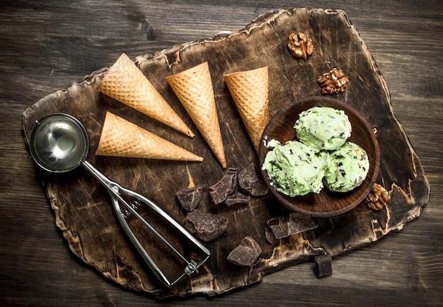 ワッフルカップのボウルに新鮮なピスタチオアイスクリーム