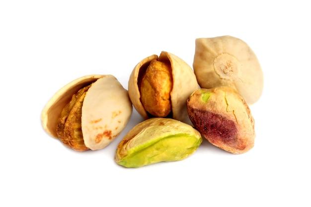 白い背景で隔離の新鮮なピスタチオナッツ