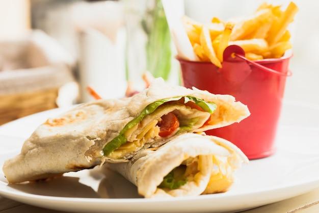 Сэндвич из свежей питы с картофелем фри и салатом