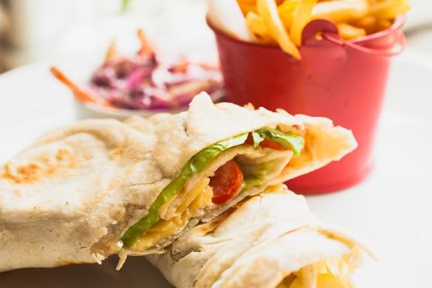 Сэндвич из свежей лаваши с картофелем фри и салатом