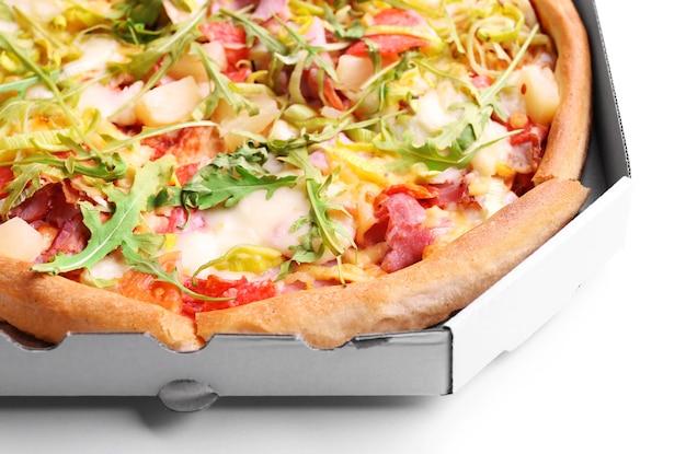 カートンボックスのクローズアップで新鮮なピザ