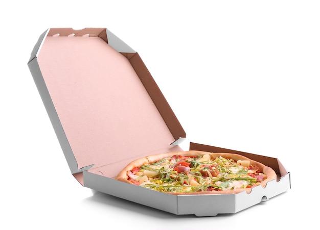 白で隔離されるカートンボックスの新鮮なピザ