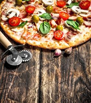 신선한 피자. 나무 배경
