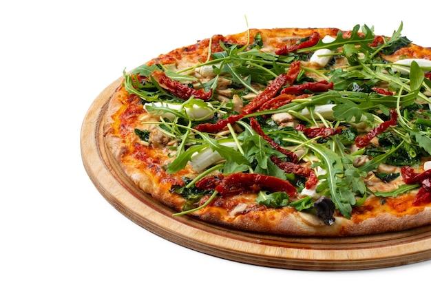 白で隔離の木板の新鮮なピザ