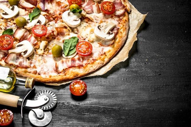ベーコン、トマト、オリーブ、グリーンのフレッシュピザ。