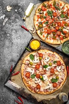 Свежая пицца с мясом и овощами. на деревенском фоне.