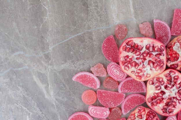 砂糖漬けの果物と新鮮なザクロ