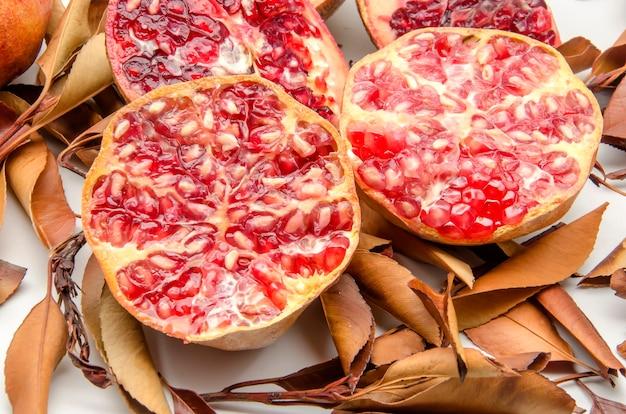 紅葉を背景に新鮮なザクロ