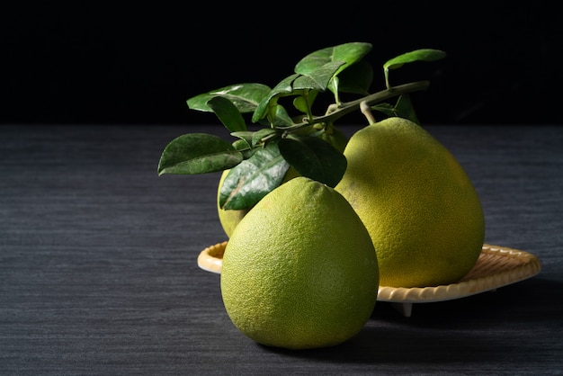 中秋節のフルーツの黒いスレートの背景に新鮮なザボン。