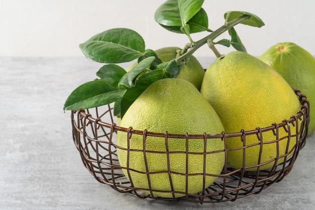 中秋節の果物のための灰色のセメントの背景に新鮮なザボン。