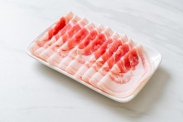 Нарезанный кусок свежей свинины