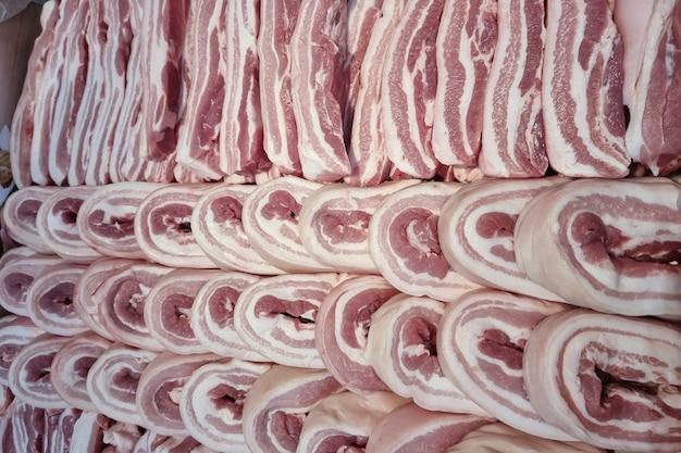 背景の背景に新鮮な豚肉