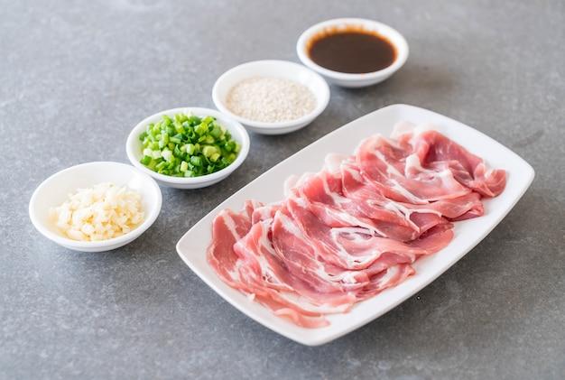 얇게 썬 신선한 돼지 고기