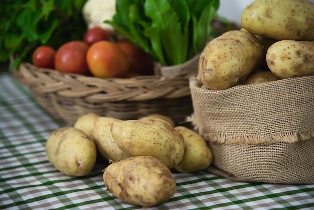 調理する準備ができてキッチンで新鮮なジャガイモ