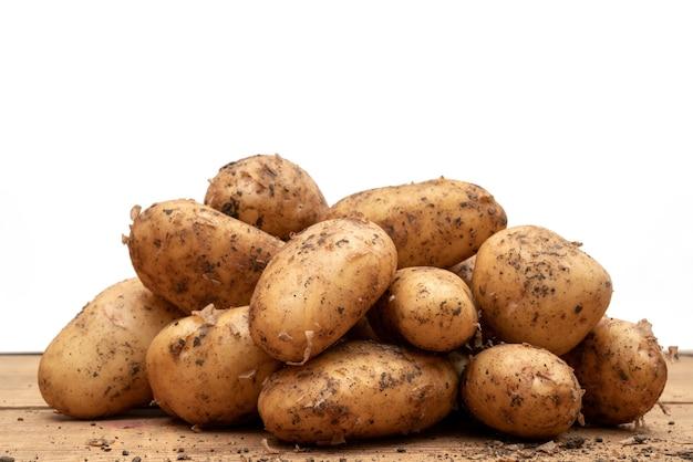 Свежий картофель вырыли из земли. осенний урожай картофеля.