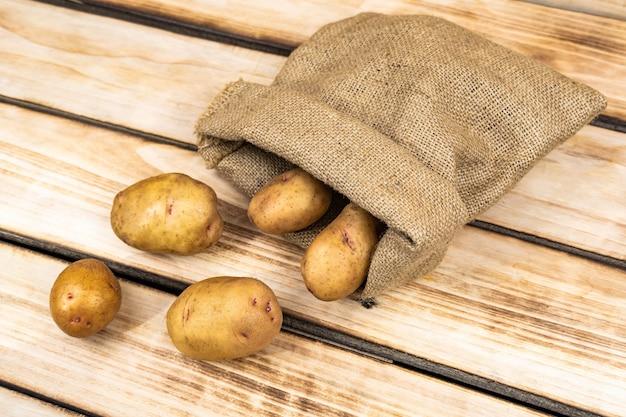 삼베 자루에 담긴 신선한 감자
