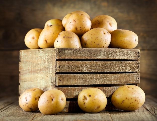 Свежий картофель в деревянном ящике