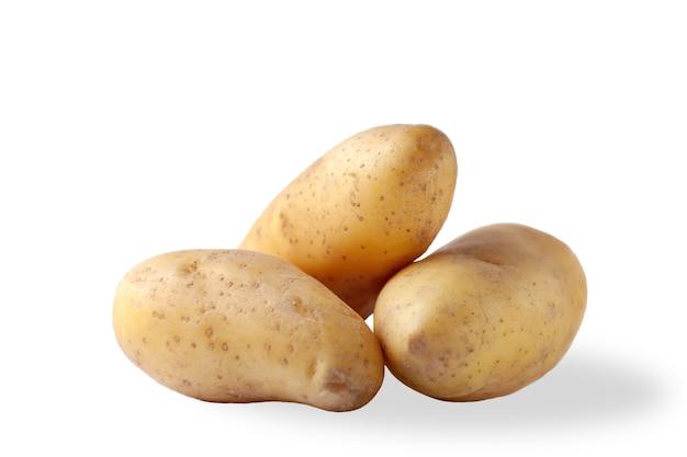 白い背景で隔離の新鮮なジャガイモをクローズアップ