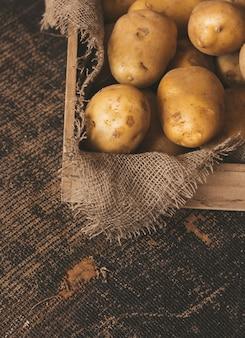나무 배경에 신선한 감자