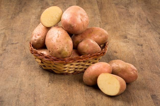 Свежий картофель на деревенском деревянном пространстве. свежие овощи.