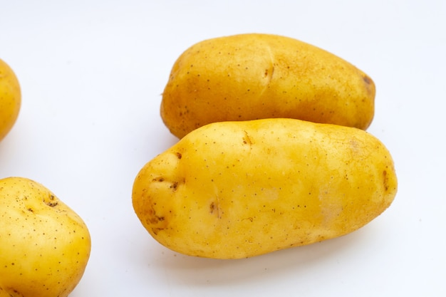 白い背景の上の新鮮なジャガイモ。