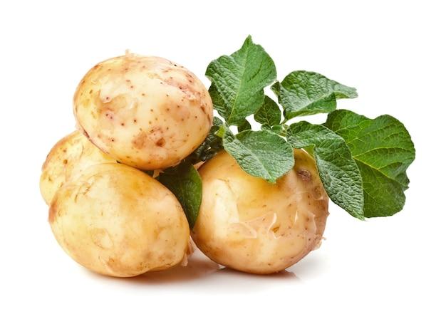 Свежий картофель с зелеными листьями, изолированные на белом фоне