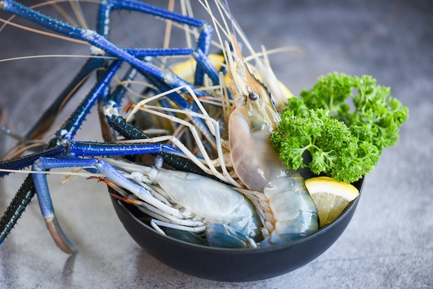 Свежие креветки со специями, лимоном и зеленью петрушки