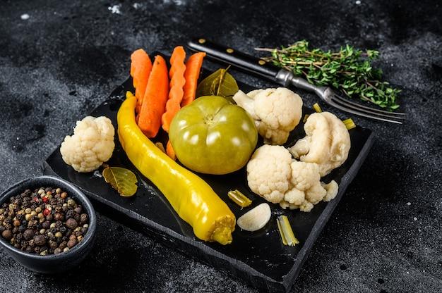 新鮮な野菜、自家製のおいしいピクルスを大理石のボードに保存します。