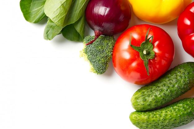新鮮な生野菜、きゅうり紫キャベツほうれん草トマトパプリカ玉ねぎブロッコリーハーブ、コピースペースがたっぷり。国内キッチン。ベジタリアンフード。