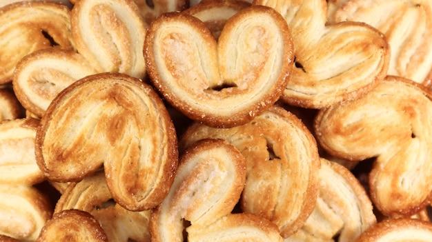 ハートの形をした新鮮なパイ生地のパームクッキー。古典的なフランスのペストリー