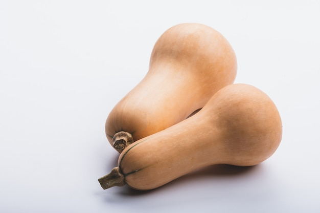 흰색 배경에 신선한 호박 butternut 스쿼시, 좋은 건강 관리를위한 유기농 원료 식품, 식물성 성분