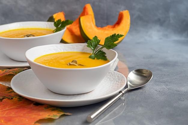 白いボウルに新鮮なカボチャのクリームスープ