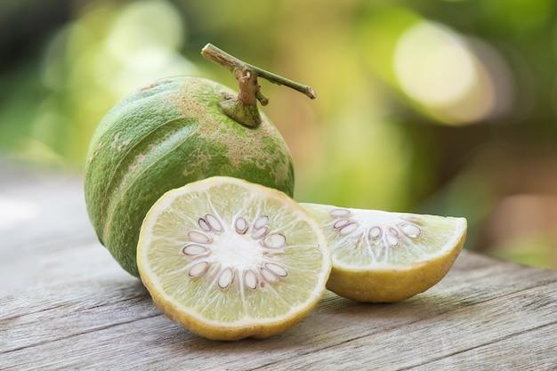 Свежая тыква лимон, фрукты на природе.