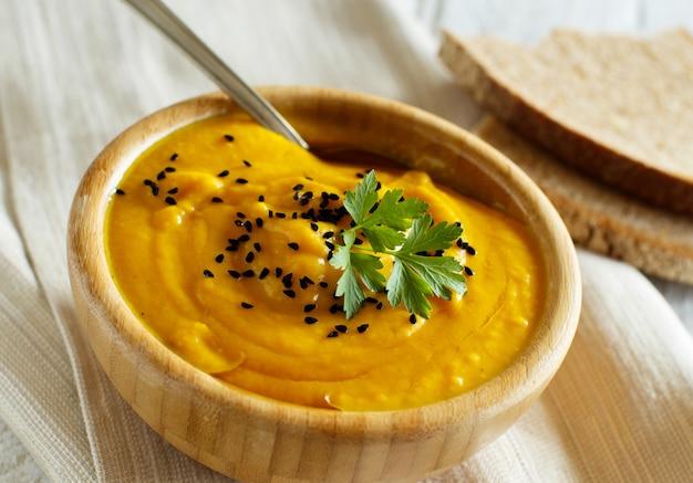 ボウルに新鮮なカボチャのスープをクローズアップ
