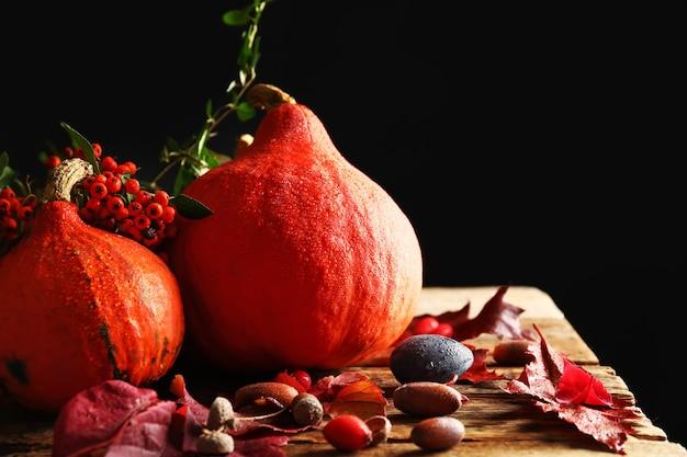 딸기와 나무 테이블에 도토리와 신선한 호박