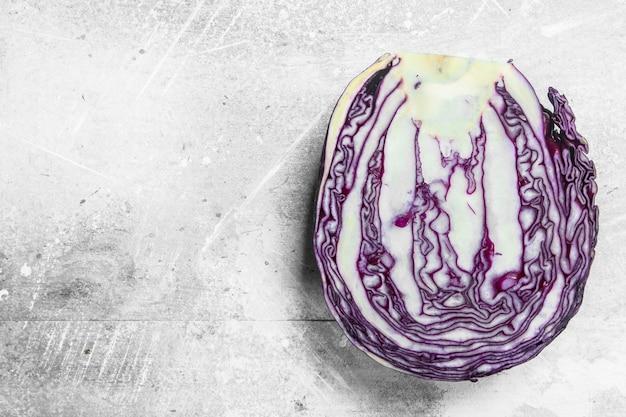 新鮮な紫キャベツ。素朴な背景に